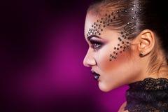Портрет профиля красоты девушки на фиолетовой предпосылке Стоковая Фотография
