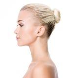 Портрет профиля молодой белокурой женщины стоковые фотографии rf
