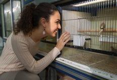 Портрет птиц петь счастливой девушки наблюдая Стоковое фото RF