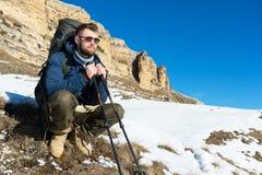 Портрет путешественника битника с бородой в солнечных очках сидит на природе Стоковая Фотография RF