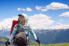 Портрет путешественника женщины который стоит на плато горы Стоковое Фото