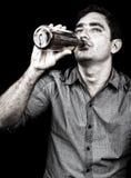 Портрет пьяного человека выпивая от бутылки ликера Стоковая Фотография