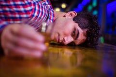 Портрет пьяного человека на счетчике бара стоковая фотография