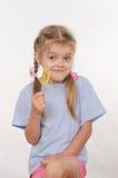 Портрет пятилетней девушки с леденцом на палочке в ее руке Стоковая Фотография