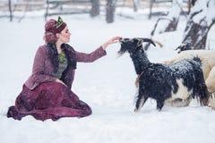 Портрет платья стиля шикарной молодой женщины нося русского на сильном заморозке в дне зимы снежном в деревне стоковое фото
