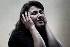 Портрет плача женщины в черноте Стоковая Фотография RF
