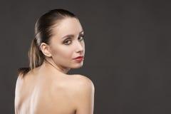 Портрет плеч красивой девушки нагой на серой предпосылке Стоковые Фотографии RF