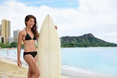 Портрет пляжа Waikiki потехи серфера занимаясь серфингом Стоковое Изображение