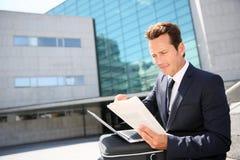 Портрет работая бизнесмена outdoors Стоковое Изображение RF