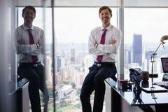Портрет работника белого воротника усмехаясь на камере в офисе Стоковая Фотография