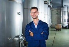 Портрет работника винодельни человека на фабрике вина в вторичном разделе заквашивания Стоковое фото RF