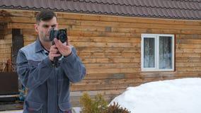 Портрет работника дома который уносит осмотр термальным imager Искать потери  видеоматериал