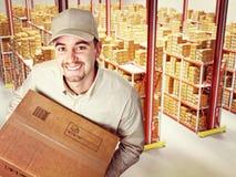 Портрет работника доставляющего покупки на дом стоковое изображение