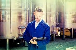 Портрет работника молодого человека на фабрике вина Стоковые Изображения