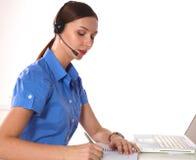 Портрет работника обслуживания клиента женщины, оператора центра телефонного обслуживания усмехаясь при шлемофон телефона изолиро Стоковое Изображение RF