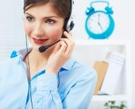 Портрет работника обслуживания клиента женщины, усмехаться центра телефонного обслуживания Стоковая Фотография RF