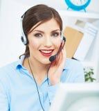 Портрет работника обслуживания клиента женщины, усмехаться центра телефонного обслуживания Стоковые Изображения RF