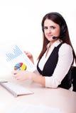 Портрет работника обслуживания клиента женщины, центра телефонного обслуживания усмехаясь o Стоковое Фото