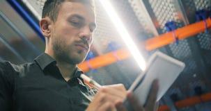 Портрет работника доставляющего покупки на дом пишет в доске сзажимом для бумаги и усмехается к камере рядом с его фургоном сток-видео
