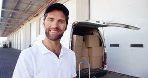 Портрет работника доставляющего покупки на дом сток-видео