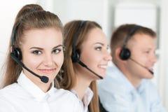 Портрет работника центра телефонного обслуживания сопровоженный ее командой Стоковые Изображения RF