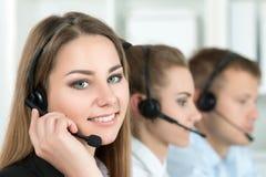 Портрет работника центра телефонного обслуживания сопровоженный ее командой Стоковые Изображения
