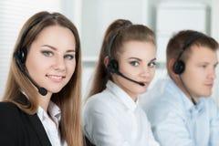 Портрет работника центра телефонного обслуживания сопровоженный ее командой Стоковое фото RF
