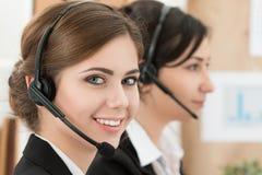 Портрет работника центра телефонного обслуживания сопровоженный ее командой Стоковые Фотографии RF