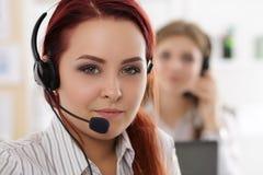 Портрет работника центра телефонного обслуживания сопровоженный ее командой Стоковое Фото