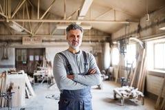 Портрет работника человека в мастерской плотничества Стоковые Фотографии RF