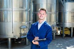 Портрет работника человека на фабрике вина Стоковая Фотография RF