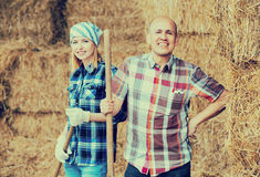 Портрет работников фермы в сеновале Стоковая Фотография