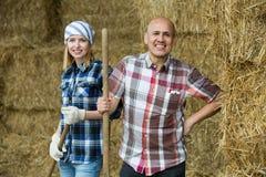 Портрет работников фермы в сеновале Стоковая Фотография RF