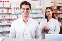 Портрет работы 2 дружелюбной аптекарей Стоковая Фотография