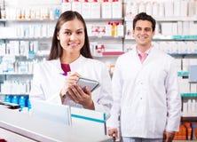 Портрет работы 2 дружелюбной аптекарей Стоковая Фотография RF
