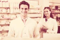 Портрет работы 2 дружелюбной аптекарей Стоковое Фото