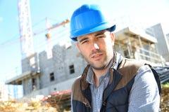 Портрет рабочий-строителя на месте Стоковые Фото