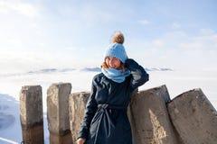 Портрет радостной женщины в зиме стоковые фотографии rf