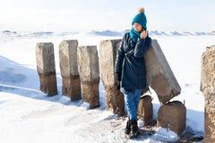 Портрет радостной женщины в зиме стоковые изображения rf