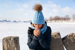 Портрет радостной женщины в зиме стоковое фото