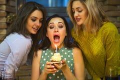 Портрет радостной молодой женщины держа surround пирожного дня рождения стоковые изображения rf