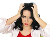 Портрет разочарованного Fed вверх по молодой испанский хмуриться женщины Стоковые Изображения