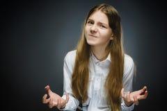 Портрет разочарованной девушки изолированный на серой предпосылке Отрицательная человеческая эмоция, выражение лица closeup Стоковое Изображение RF