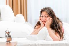 Портрет разочарованной женщины в кровати Стоковые Фото