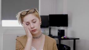 Портрет разочарованной забывчивой женщины офиса делая facepalm осуществляющ она забывает о делать что-то важное на работе - сток-видео