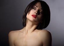 Портрет драмы мистической женщины с закрытыми глазами и краткость чернят стоковая фотография rf