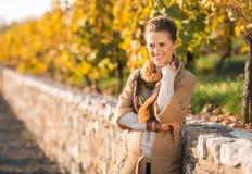Портрет расслабленной молодой женщины в осени outdoors Стоковое фото RF