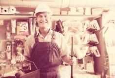 Портрет радостного рабочего класса выбирая мягкий ролик Стоковая Фотография RF
