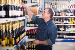 Портрет радостного человека покупая вино стоковое фото rf