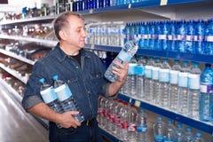 Портрет радостного человека покупая воду стоковые изображения rf